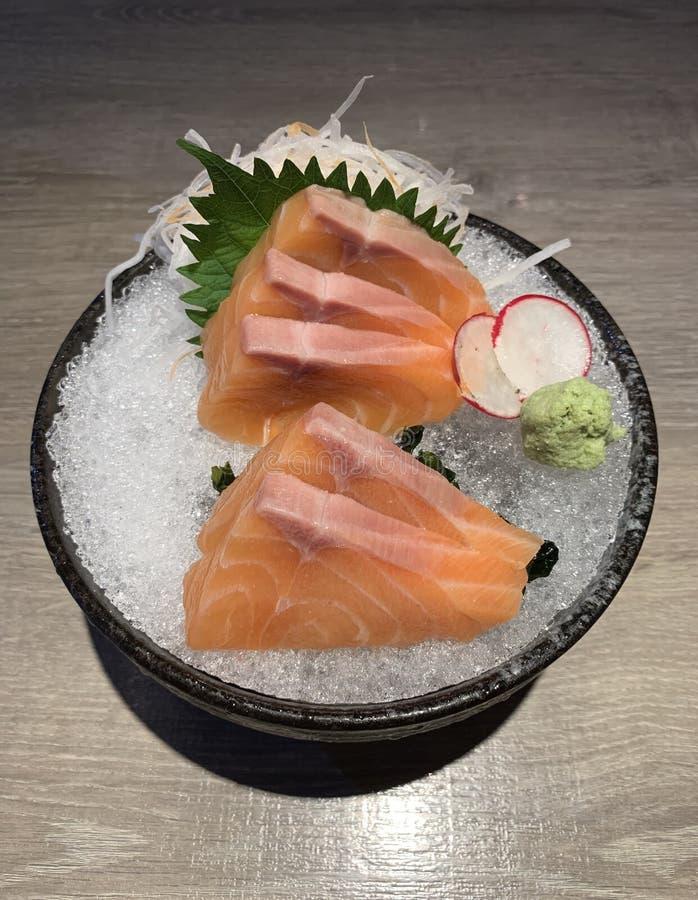 R? laxskiva eller laxsashimi i ny serve f?r japansk stil p? is med ny wasabi royaltyfria foton