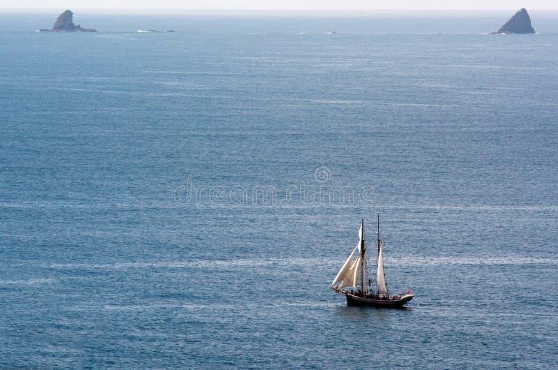 R. les voiles de Tucker Thompson se transportent à la baie des îles Nouvelle-Zélande image libre de droits