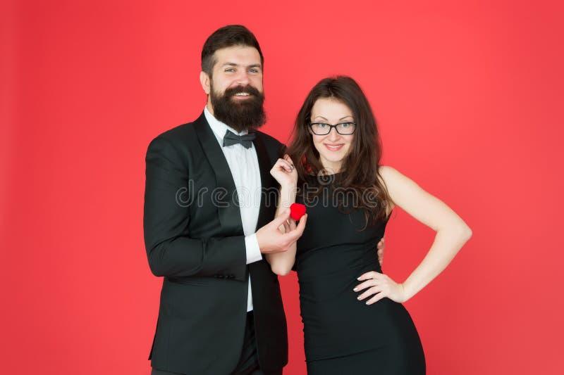 ?? r m 有胡子的人提出妇女结婚提议 爱周年 无尾礼服 库存图片