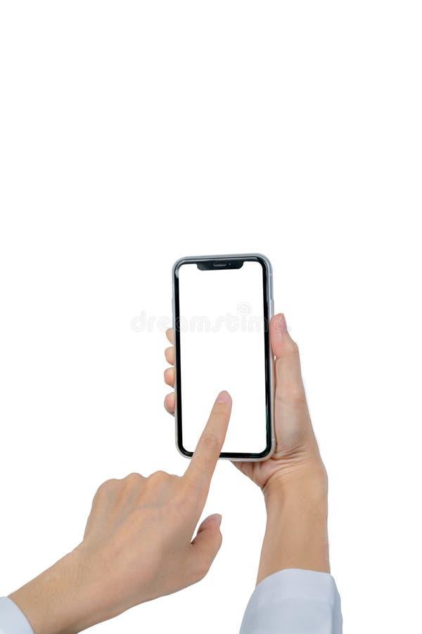r Mano del primer que toca smartphone con la pantalla en blanco aislada en el fondo blanco imagenes de archivo