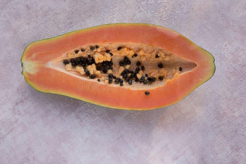 r Melonenbrot-Baumfrucht gegen einen rosa Hintergrund stockfotografie