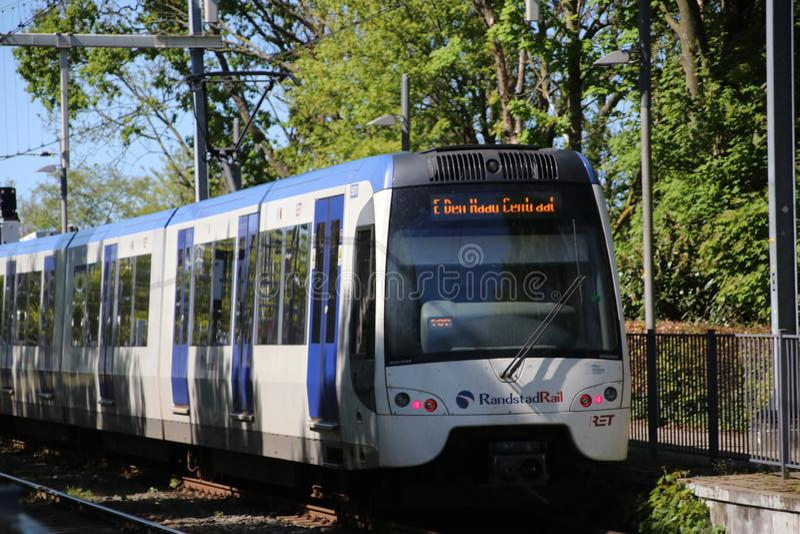 R-netto tunnelbana av RETEN Randstadrail för snabb kollektivtrafik mellan Rotterdam och Haguen arkivfoto