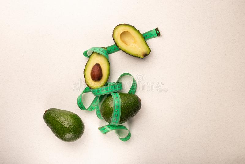 R?ni?ty i ca?y avocado z metrow? weght strat? obraz stock