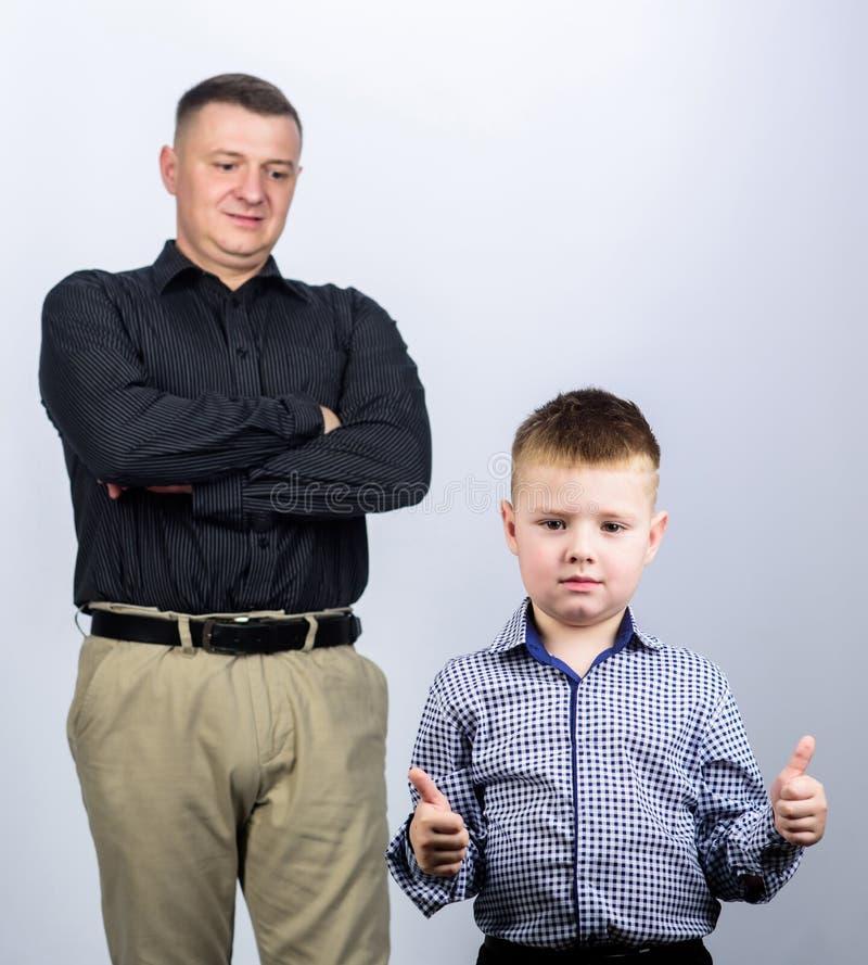 r o εμπιστοσύνη και τιμές r ευτυχές παιδί με τον πατέρα συνέταιρος πατέρας και γιος μέσα στοκ φωτογραφία