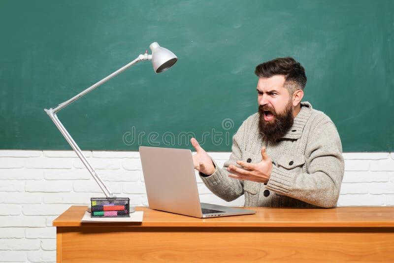 r ?? o 学生为大学检查做准备 老师工作-行业和 免版税库存照片