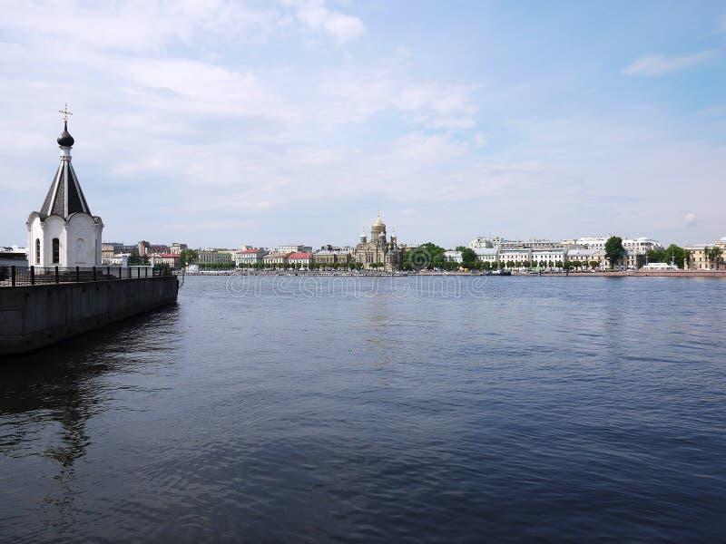 R?o de Neva en St Petersburg, Rusia Edificios magn?ficos y arquitectura antigua de la ciudad hermosa, que se visita cerca imágenes de archivo libres de regalías