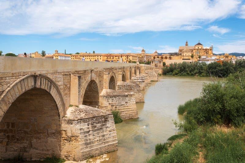R?o de Roman Bridge y de Guadalquivir, gran mezquita, C?rdoba, Espa?a fotos de archivo