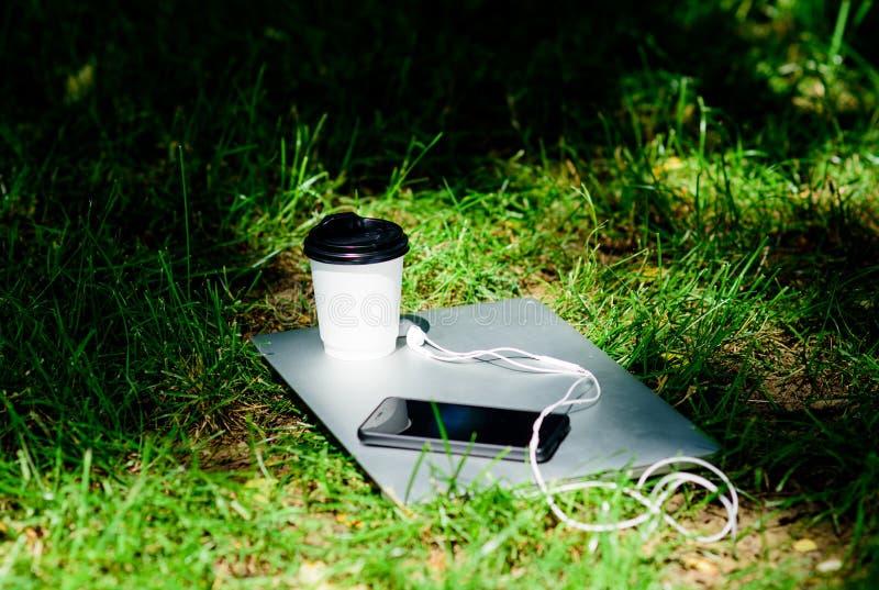 r Outdoors перерыва на чашку кофе r Работайте и ослабляйте в окружающей среде Свое время кофе Взятие кофе стоковая фотография rf