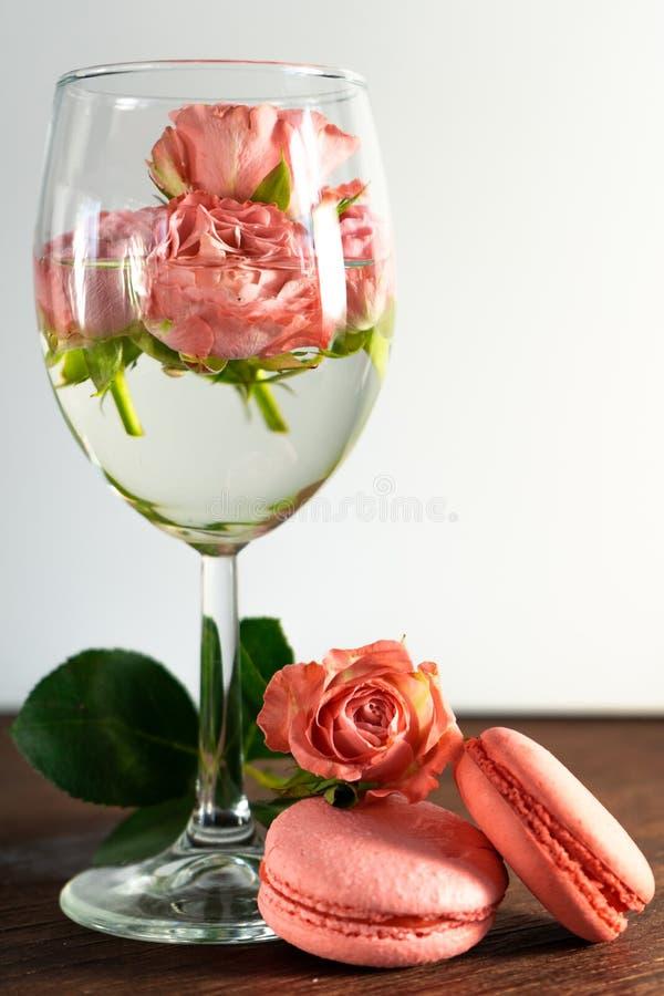 R??owi macaroons z ?wie?ymi kwiatami zdjęcie royalty free