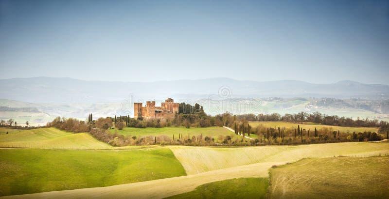 r Paisagem bonita dos montes e dos campos perto de Asciano em Toscânia, Siena, Itália imagem de stock