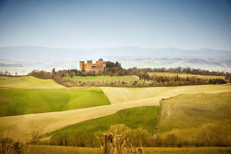 r Paisagem bonita dos montes e dos campos perto de Asciano em Tosc?nia, Siena, It?lia fotografia de stock royalty free