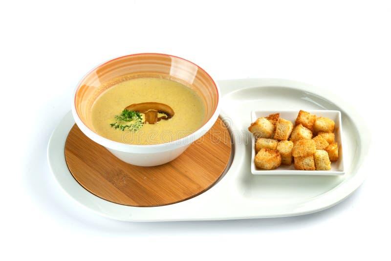 R?pandent la soupe et les biscuits cr?mes sur un fond blanc d'isolement photo stock