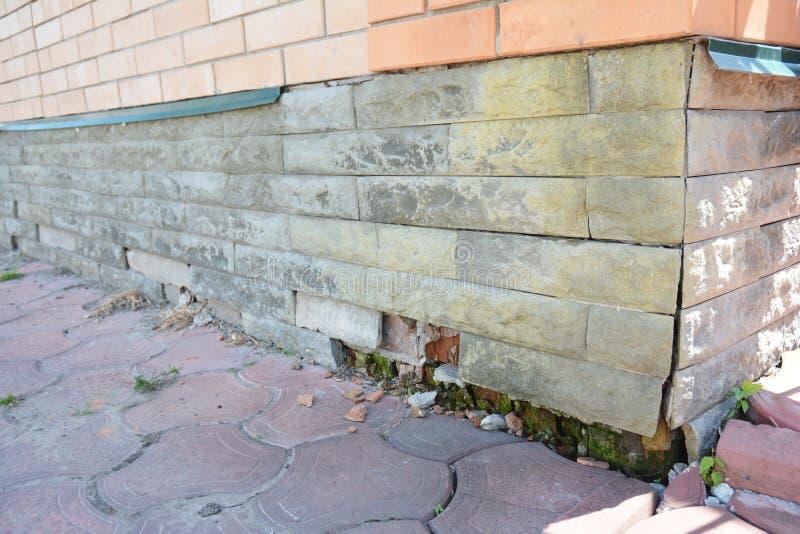 R?paration de dommages de mur de base de Chambre Base endommagée par maison de réparation, fissures de base photographie stock