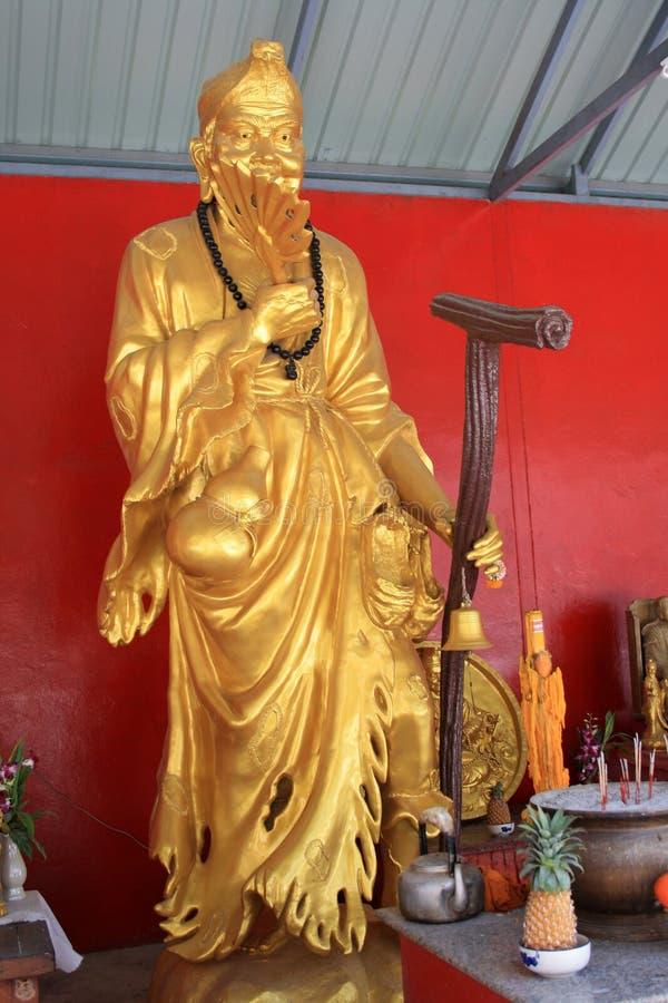 r Phuket, Tailândia Estátuas douradas perto da escultura enorme e do templo da grande Buda branca em Phuket imagem de stock