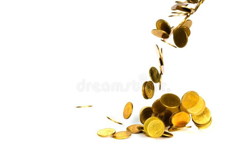 R?relse av det fallande guld- myntet, flygmyntet, regnpengar som isoleras p? vit bakgrund, aff?ren och finansiell rikedom och att fotografering för bildbyråer