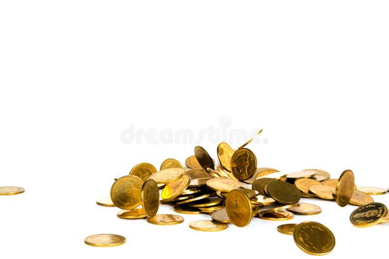 R?relse av det fallande guld- myntet, flygmyntet, regnpengar som isoleras p? vit bakgrund, aff?ren och finansiell rikedom och att arkivbild