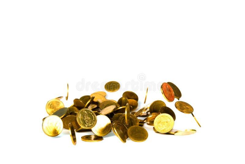 R?relse av det fallande guld- myntet, flygmyntet, regnpengar som isoleras p? vit bakgrund, aff?ren och finansiell rikedom och att arkivfoto