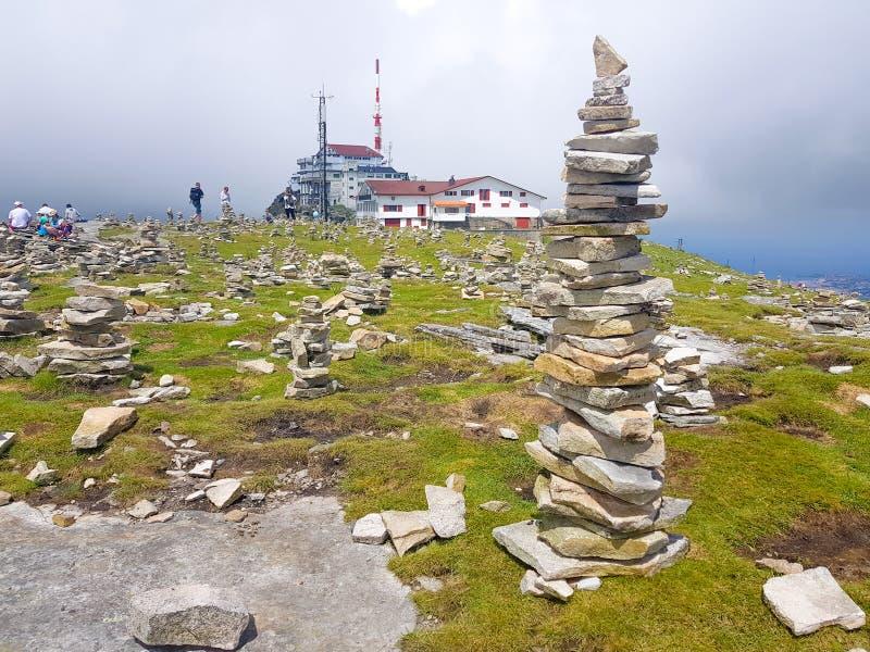 r?se ( Inukshuk rocks) upptill av det LaRhune berget i de atlantiska Pyreneesna Gr?ns mellan Spanien och Frankrike royaltyfria foton