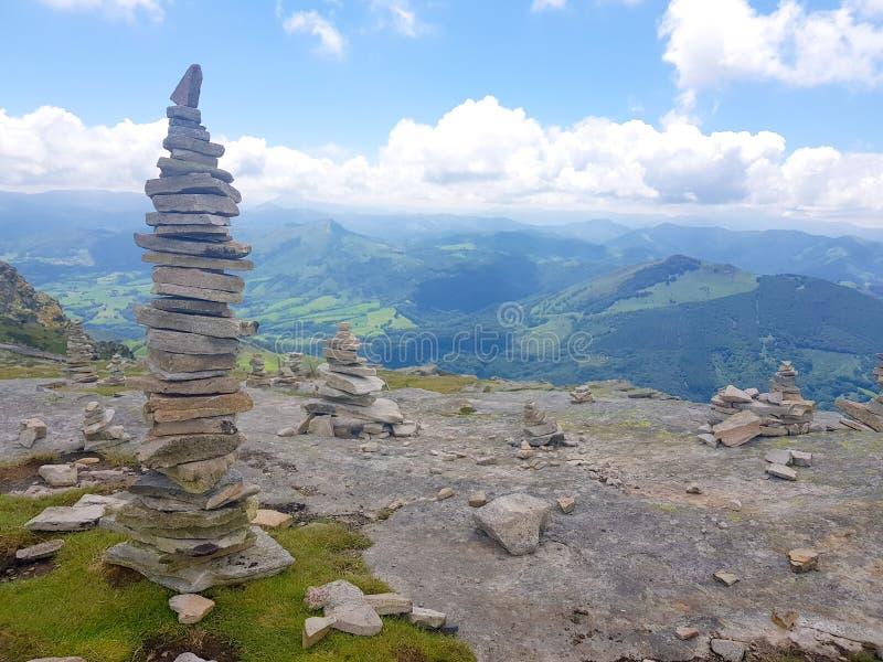 r?se ( Inukshuk rocks) upptill av det LaRhune berget i de atlantiska Pyreneesna Gr?ns mellan Spanien och Frankrike arkivbilder