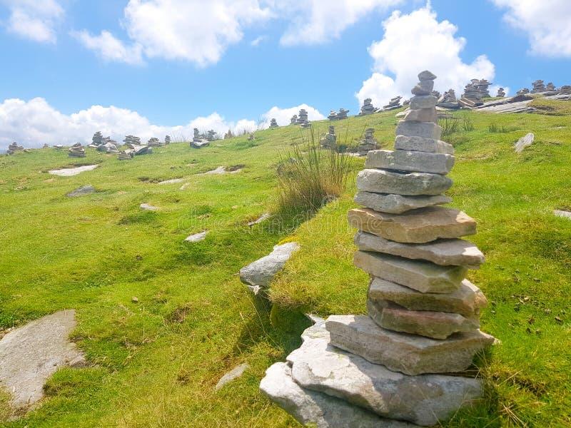 r?se ( Inukshuk rocks) upptill av det LaRhune berget i de atlantiska Pyreneesna Gr?ns mellan Spanien och Frankrike royaltyfri fotografi