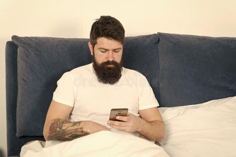 R?seaux sociaux surfants d'Internet de hippie barbu d'homme Dites bonjour aux amis Communication en ligne La d?pendance mobile images libres de droits