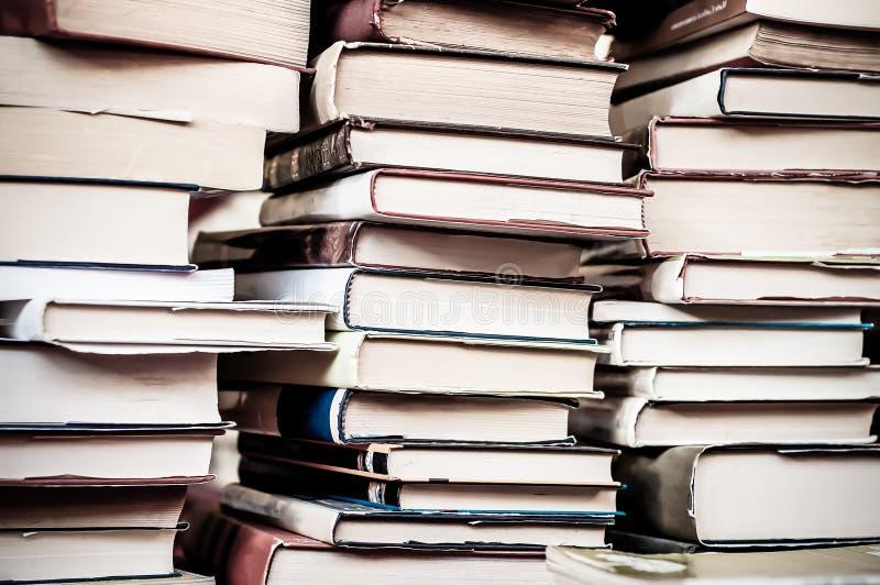 R?serve le fond Piles de vieux livres utilis?s photos stock