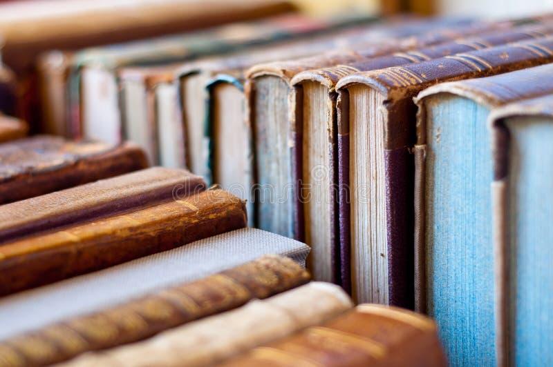 R?serve le fond Le vieux cuir a couvert des livres image stock