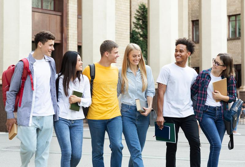 r?serve vieux d'isolement par ?ducation de concept Camarades de classe marchant dans le campus d'université photos stock