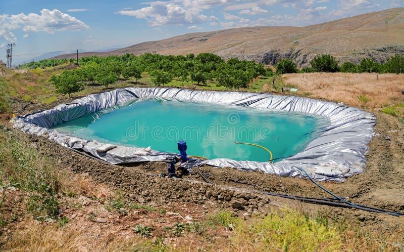R?servoir d'irrigation avec les tuyaux et la pompe image libre de droits