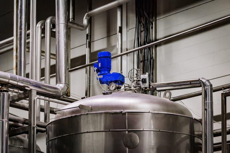 R?servoir industriel d'acier inoxydable dans la brasserie moderne photo stock