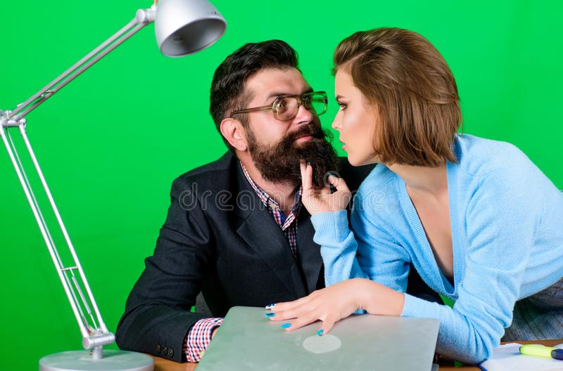 R?sistez ? la tentation Flirt pour la meilleure marque Professeur m?r et femelle attirante Concept interdit de relations priv? images libres de droits