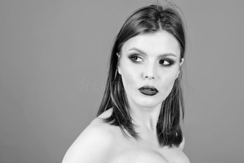 r skincare化妆用品和构成 有豪华头发的美女 最佳的发型 容量头发 免版税库存照片