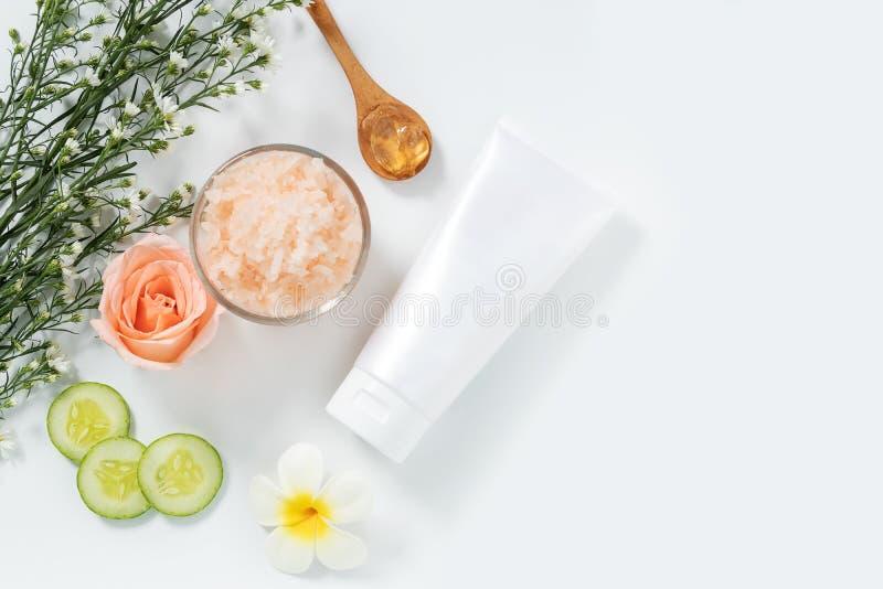 r skincare在白色挤压管包裹的补救样式平的位置与在玻璃碗的空白的标签和盐温泉 库存照片