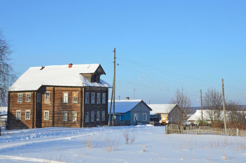 R?ssia, regi?o de Arkhangelsk, constru??es de madeira na vila Turchasovo no inverno no tempo ensolarado foto de stock royalty free