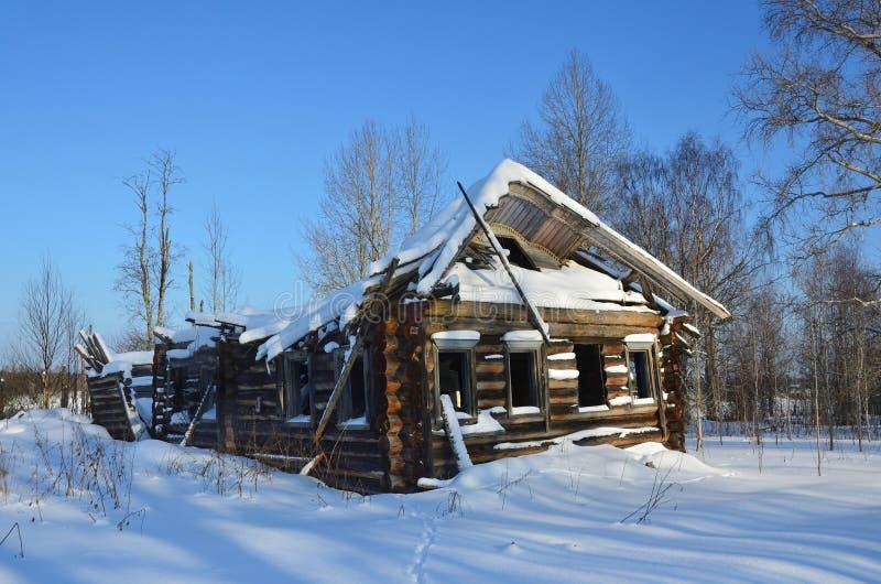 Rússia, região de Arkhangelsk, distrito de Plesetsk, os habitantes abandonou a vila Mikhailovskoye Isakovskaya em fevereiro fotos de stock