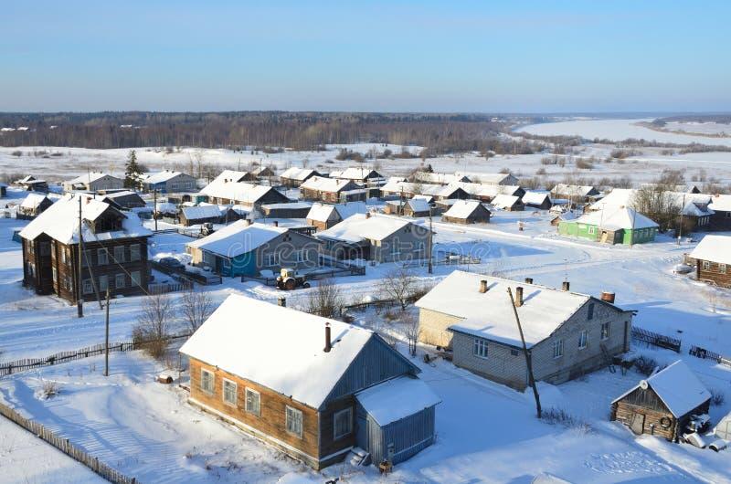 R?ssia, regi?o de Arkhangelsk, vila de Turchasovo no inverno foto de stock