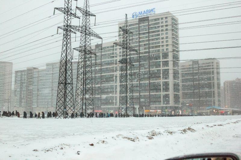 R?ssia St Petersburg - fevereiro - 2019: inverno, distrito de Murino na caminhada dos povos das horas de ponta no metro de Devyat foto de stock royalty free