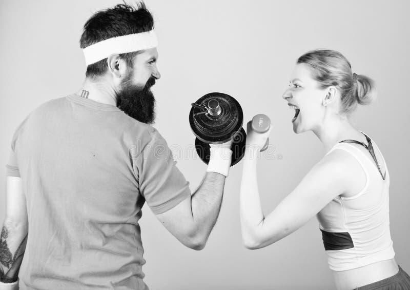 r t 在健身房的运动的夫妇训练 运动竞争 ?? 库存照片