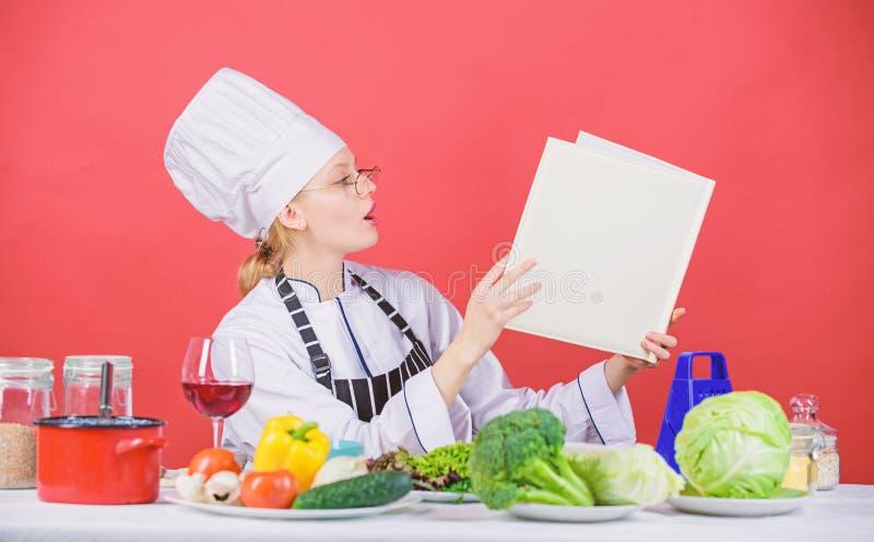 r t 女孩读了书顶面最佳的烹饪食谱 ( 免版税库存照片