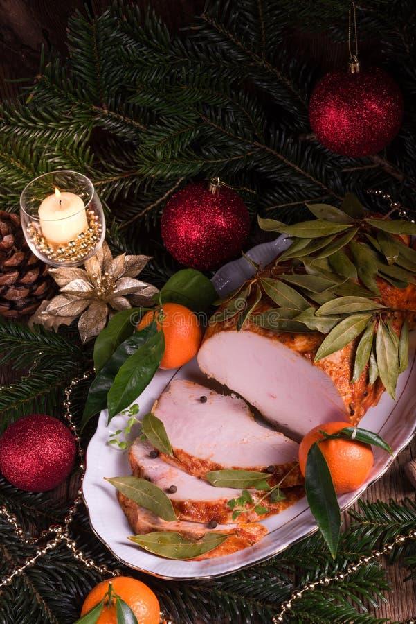 Rôti aromatique de dinde dans la marinade et le laurier de baie piquants photos libres de droits