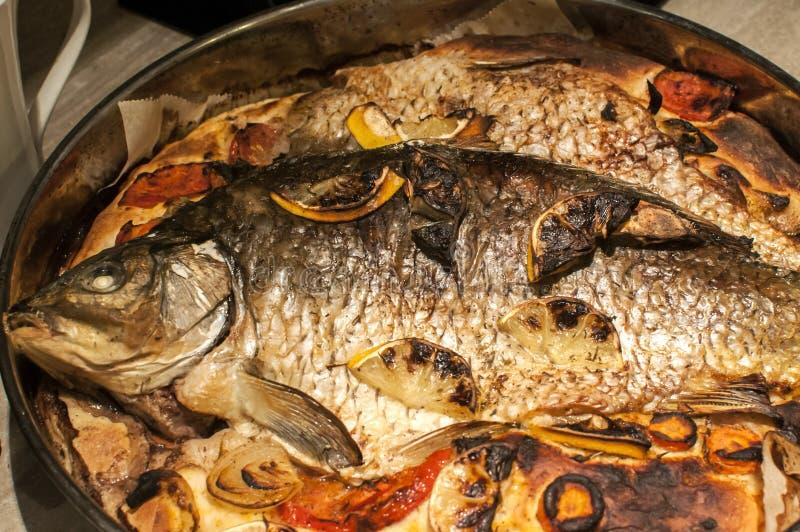 Rôti dans des poissons de carpe de four images stock