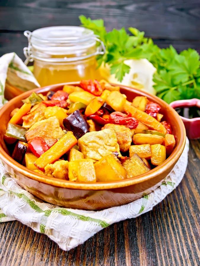 Rôtissez avec les légumes et la viande dans la casserole à bord photographie stock