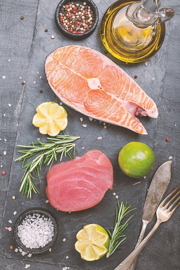 R? tonfisk- och laxbiff royaltyfri foto