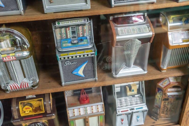 R?tro machine de musique de juke-box de mini cru dans l'affichage en bois d'?tag?re image libre de droits
