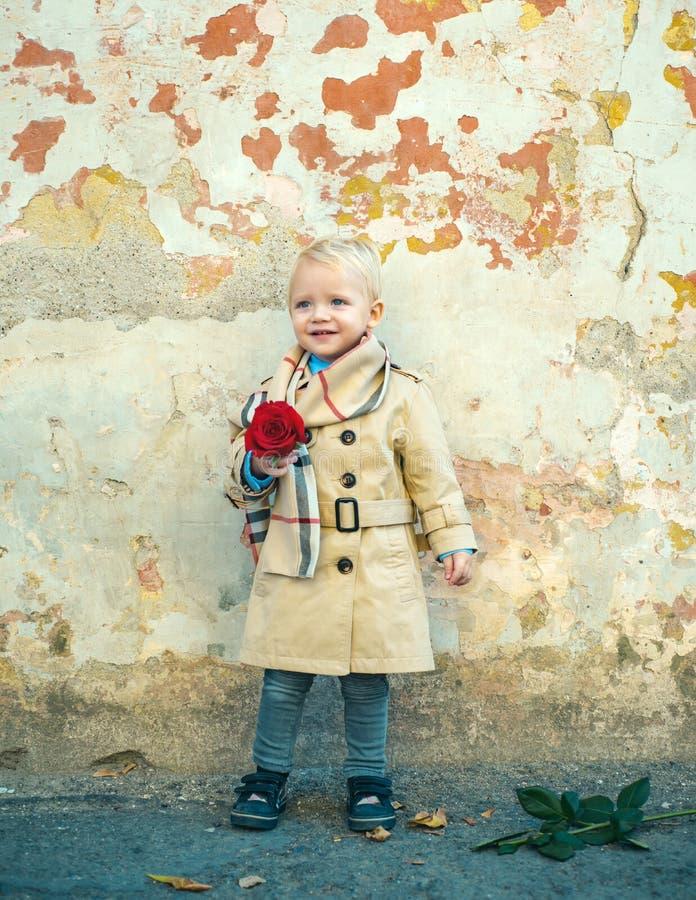 R?tro type Joyeux anniversaire mariage petit enfant avec la rose rouge Enfance heureux Amour actuel Le jour des enfants Little Bo photographie stock
