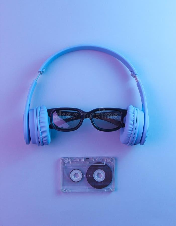 R?tro vague, lampe au n?on, ultra-violette photographie stock libre de droits