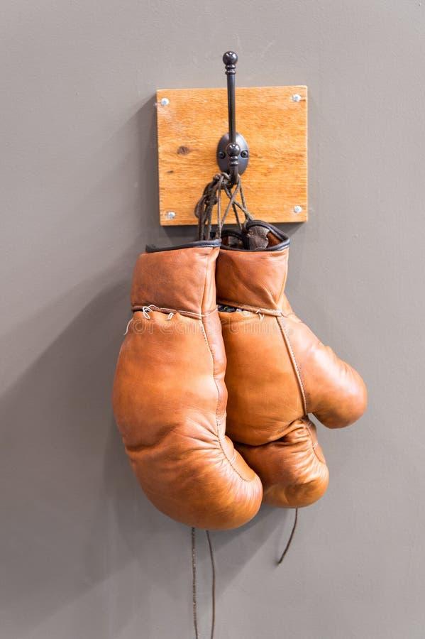 R?tros gants de boxe ?quipement de sport de vintage Concept de boxe vieux gants de boxe sur le cintre histoire de sport gants us? image stock
