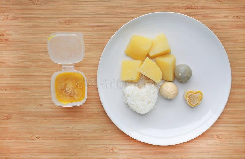 R?tt av kokta gr?nsaker behandla som ett barn mat?gget, potatis, och ris i den vita plattan med mosat djupfryst behandla som ett  arkivbilder