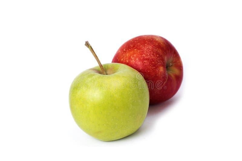 R?tt och gr?nt ?pple p? en vit bakgrund Gröna och röda äpplen som är saftiga på en isolerad bakgrund royaltyfri fotografi