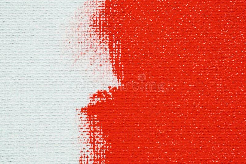 R?tt p? en vit kanfasbakgrund Yttersidan av b?lden ?r den ljusa r?da borsten p? den abstrakta bilden arkivfoto